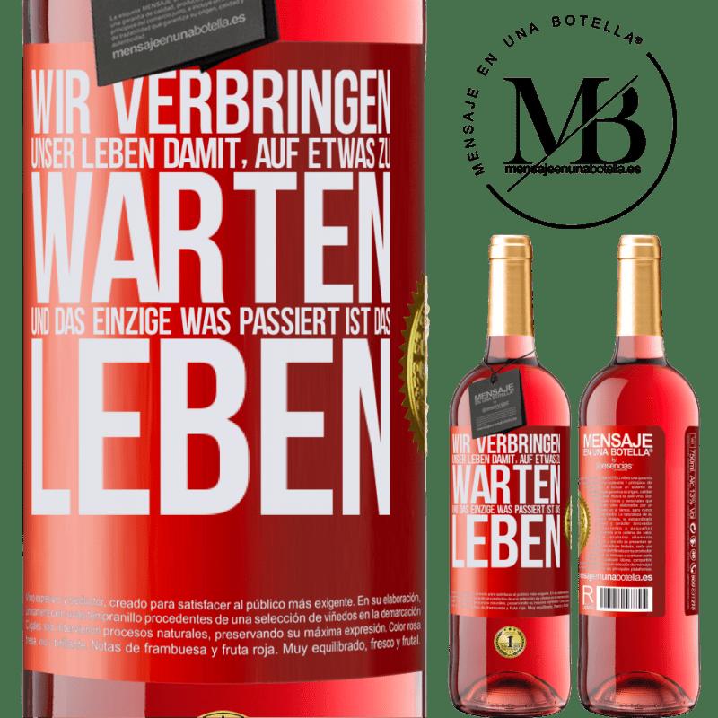 24,95 € Kostenloser Versand | Roséwein ROSÉ Ausgabe Wir verbringen unser Leben damit, auf etwas zu warten, und das Einzige, was passiert, ist das Leben Rote Markierung. Anpassbares Etikett Junger Wein Ernte 2020 Tempranillo