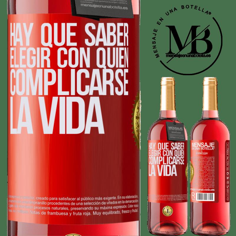 24,95 € Envoi gratuit   Vin rosé Édition ROSÉ Vous devez savoir choisir qui complique votre vie Étiquette Rouge. Étiquette personnalisable Vin jeune Récolte 2020 Tempranillo