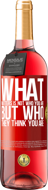 24,95 € Free Shipping | Rosé Wine ROSÉ Edition What matters is not who you are, but who they think you are Red Label. Customizable label Young wine Harvest 2020 Tempranillo