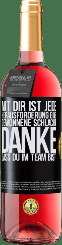 24,95 € Kostenloser Versand | Roséwein ROSÉ Ausgabe Mit dir ist jede Herausforderung eine gewonnene Schlacht. Danke, dass du im Team bist! Schwarzes Etikett. Anpassbares Etikett Junger Wein Ernte 2020 Tempranillo