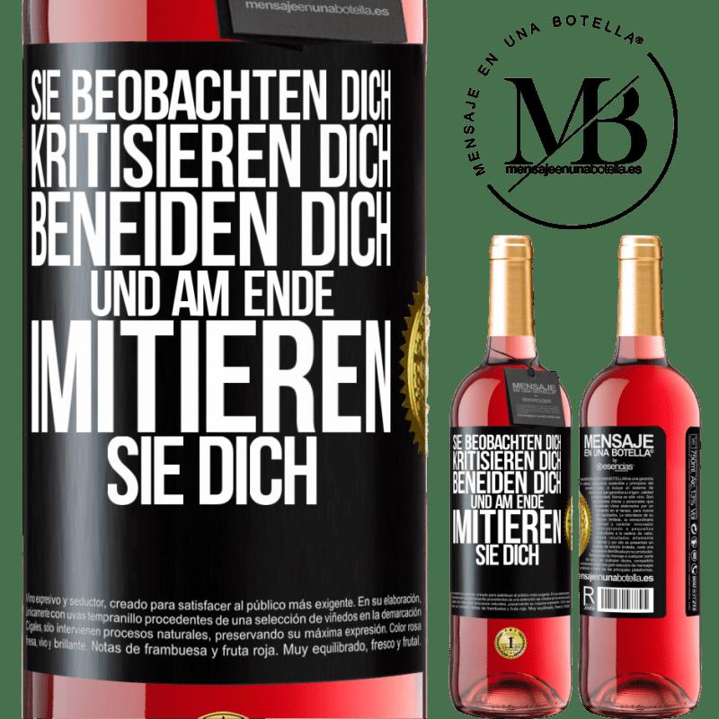 24,95 € Kostenloser Versand | Roséwein ROSÉ Ausgabe Sie beobachten dich, kritisieren dich, beneiden dich ... und am Ende imitieren sie dich Schwarzes Etikett. Anpassbares Etikett Junger Wein Ernte 2020 Tempranillo