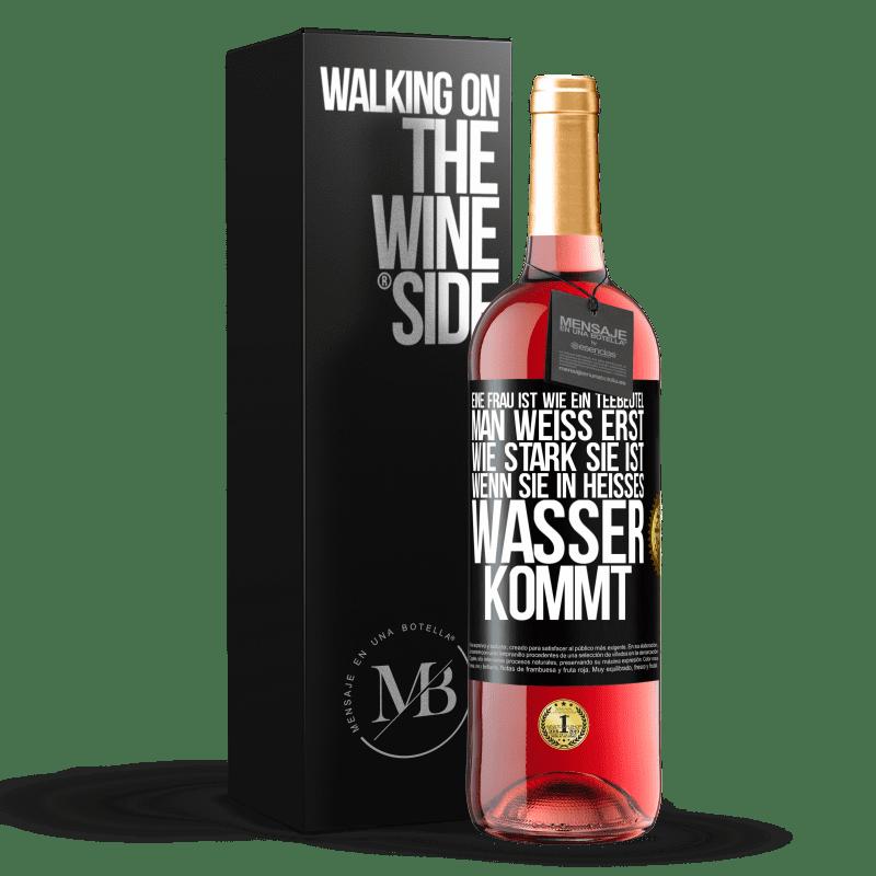 24,95 € Kostenloser Versand | Roséwein ROSÉ Ausgabe Die Frau ist wie ein Teebeutel. Sie wissen erst, wie stark es ist, wenn Sie es in heißes Wasser legen Schwarzes Etikett. Anpassbares Etikett Junger Wein Ernte 2020 Tempranillo