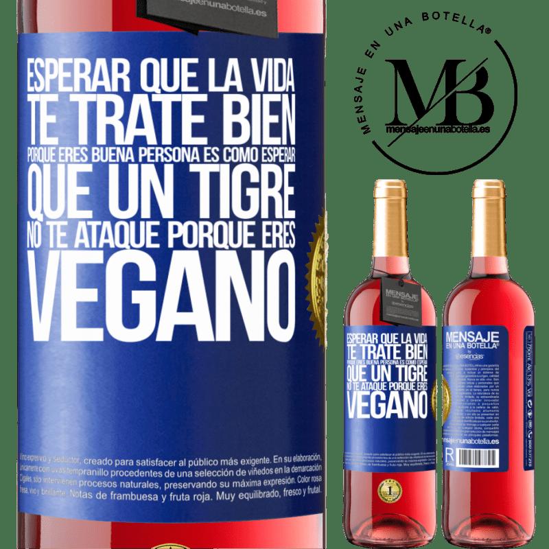 24,95 € Envoi gratuit | Vin rosé Édition ROSÉ Attendre que la vie vous traite bien parce que vous êtes une bonne personne, c'est comme attendre qu'un tigre ne vous Étiquette Bleue. Étiquette personnalisable Vin jeune Récolte 2020 Tempranillo