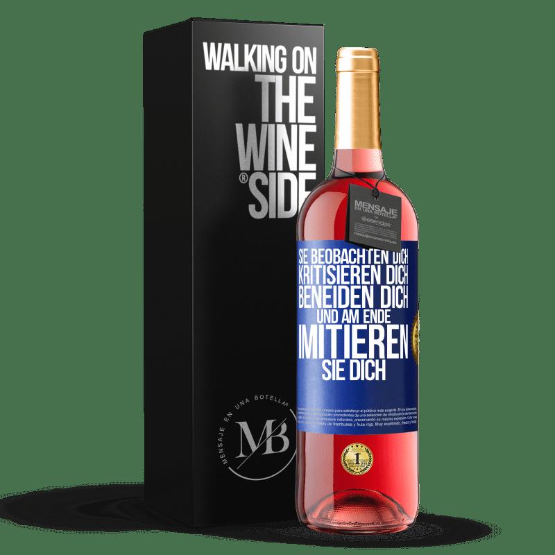 24,95 € Kostenloser Versand | Roséwein ROSÉ Ausgabe Sie beobachten dich, kritisieren dich, beneiden dich ... und am Ende imitieren sie dich Blaue Markierung. Anpassbares Etikett Junger Wein Ernte 2020 Tempranillo