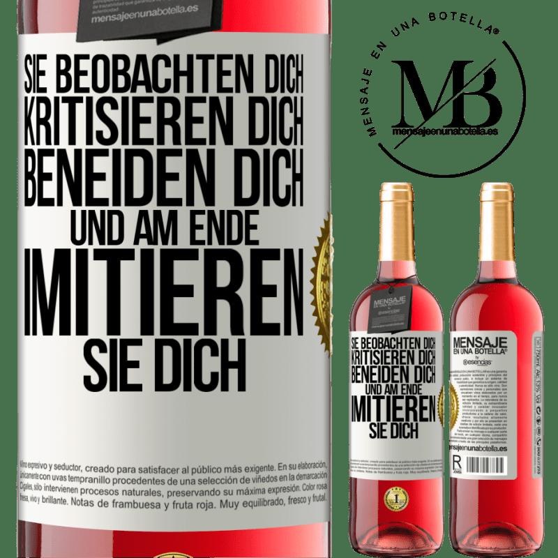 24,95 € Kostenloser Versand | Roséwein ROSÉ Ausgabe Sie beobachten dich, kritisieren dich, beneiden dich ... und am Ende imitieren sie dich Weißes Etikett. Anpassbares Etikett Junger Wein Ernte 2020 Tempranillo