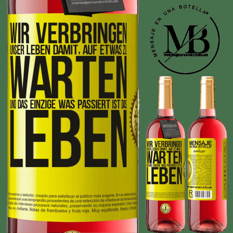 24,95 € Kostenloser Versand | Roséwein ROSÉ Ausgabe Wir verbringen unser Leben damit, auf etwas zu warten, und das Einzige, was passiert, ist das Leben Gelbes Etikett. Anpassbares Etikett Junger Wein Ernte 2020 Tempranillo