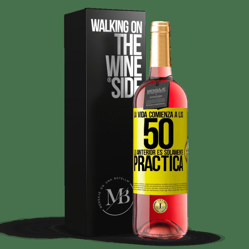 24,95 € Envoi gratuit   Vin rosé Édition ROSÉ La vie commence à 50 ans, ce qui précède n'est que pratique Étiquette Jaune. Étiquette personnalisable Vin jeune Récolte 2020 Tempranillo