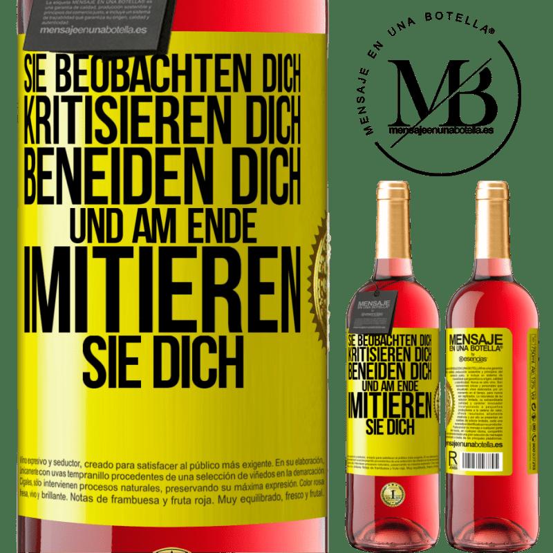24,95 € Kostenloser Versand | Roséwein ROSÉ Ausgabe Sie beobachten dich, kritisieren dich, beneiden dich ... und am Ende imitieren sie dich Gelbes Etikett. Anpassbares Etikett Junger Wein Ernte 2020 Tempranillo