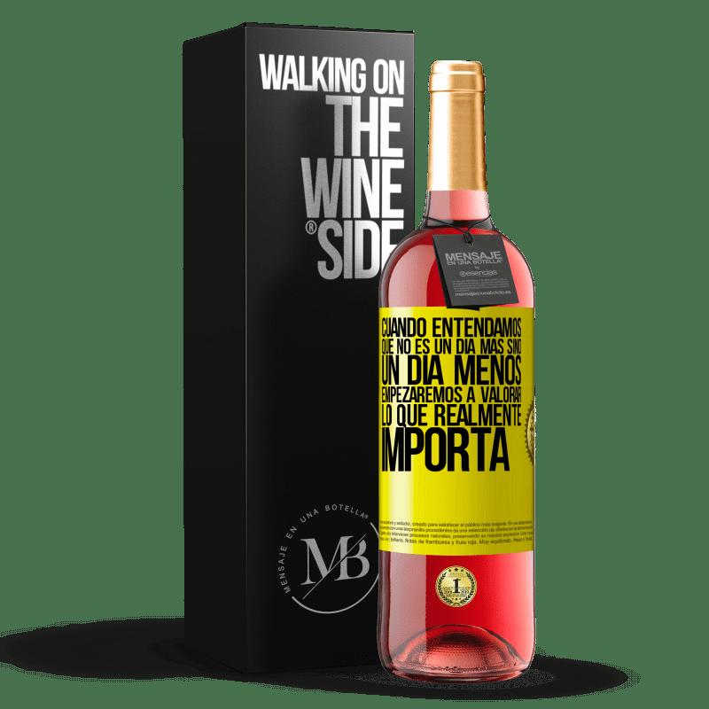 24,95 € Envoi gratuit | Vin rosé Édition ROSÉ Lorsque nous comprendrons que ce n'est pas un jour de plus mais un jour de moins, nous commencerons à apprécier ce qui Étiquette Jaune. Étiquette personnalisable Vin jeune Récolte 2020 Tempranillo