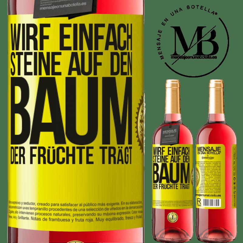 24,95 € Kostenloser Versand | Roséwein ROSÉ Ausgabe Wirf einfach Steine auf den Baum, der Früchte trägt Gelbes Etikett. Anpassbares Etikett Junger Wein Ernte 2020 Tempranillo