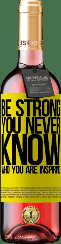 24,95 € Envoi gratuit   Vin rosé Édition ROSÉ Be strong. You never know who you are inspiring Étiquette Jaune. Étiquette personnalisable Vin jeune Récolte 2020 Tempranillo