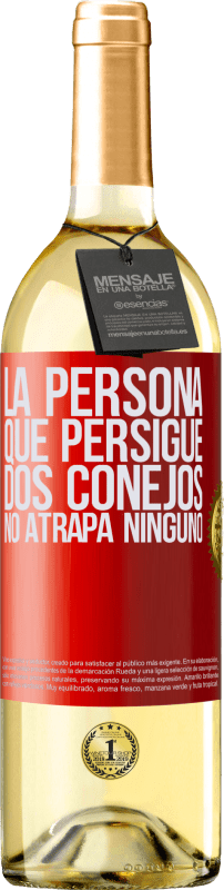 24,95 € Envío gratis | Vino Blanco Edición WHITE La persona que persigue dos conejos no atrapa ninguno Etiqueta Roja. Etiqueta personalizable Vino joven Cosecha 2020 Verdejo