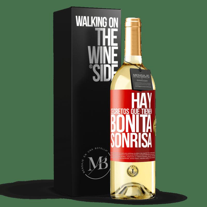 24,95 € Envío gratis | Vino Blanco Edición WHITE Hay secretos que tienen bonita sonrisa Etiqueta Roja. Etiqueta personalizable Vino joven Cosecha 2020 Verdejo