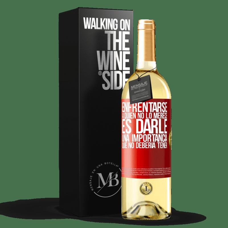 24,95 € Envío gratis | Vino Blanco Edición WHITE Enfrentarse a quien no lo merece es darle una importancia que no debería tener Etiqueta Roja. Etiqueta personalizable Vino joven Cosecha 2020 Verdejo