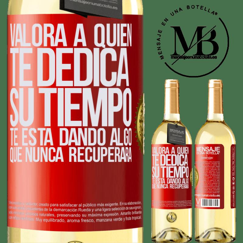 24,95 € Envío gratis   Vino Blanco Edición WHITE Valora a quien te dedica su tiempo. Te está dando algo que nunca recuperará Etiqueta Roja. Etiqueta personalizable Vino joven Cosecha 2020 Verdejo