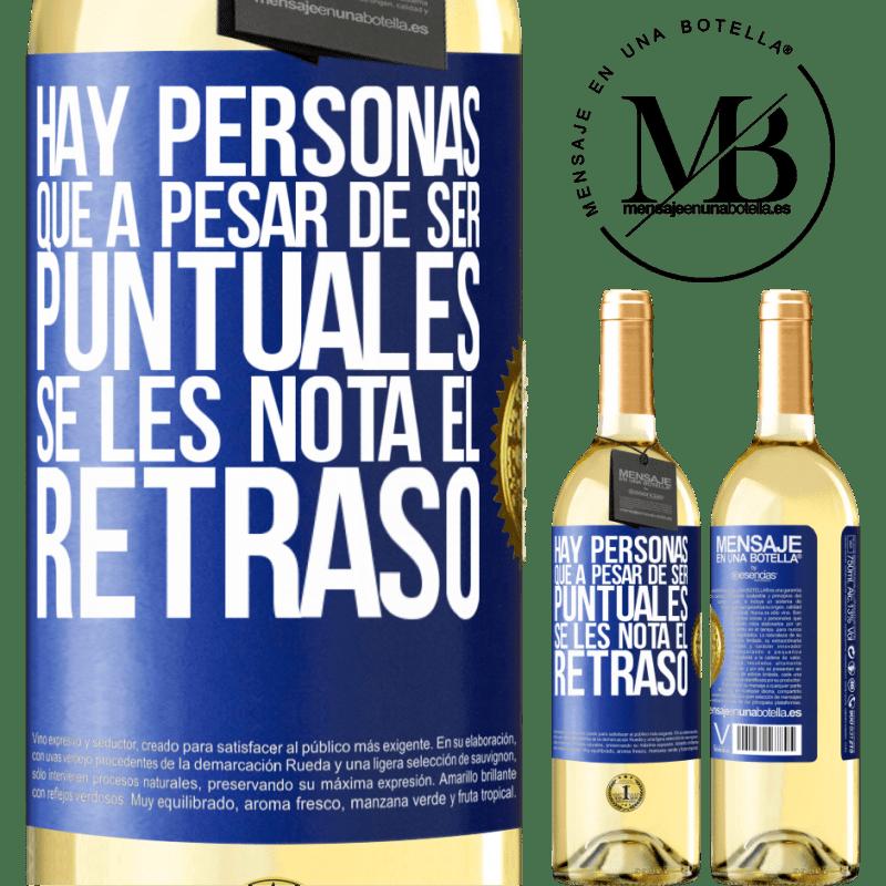 24,95 € Envío gratis | Vino Blanco Edición WHITE Hay personas que, a pesar de ser puntuales, se les nota el retraso Etiqueta Azul. Etiqueta personalizable Vino joven Cosecha 2020 Verdejo