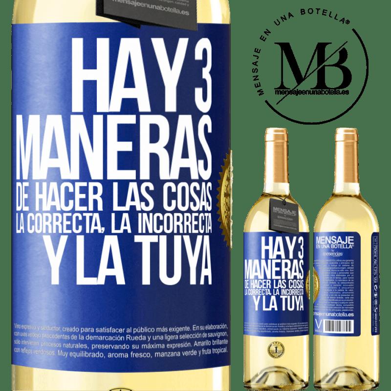 24,95 € Envío gratis | Vino Blanco Edición WHITE Hay tres maneras de hacer las cosas: la correcta, la incorrecta y la tuya Etiqueta Azul. Etiqueta personalizable Vino joven Cosecha 2020 Verdejo