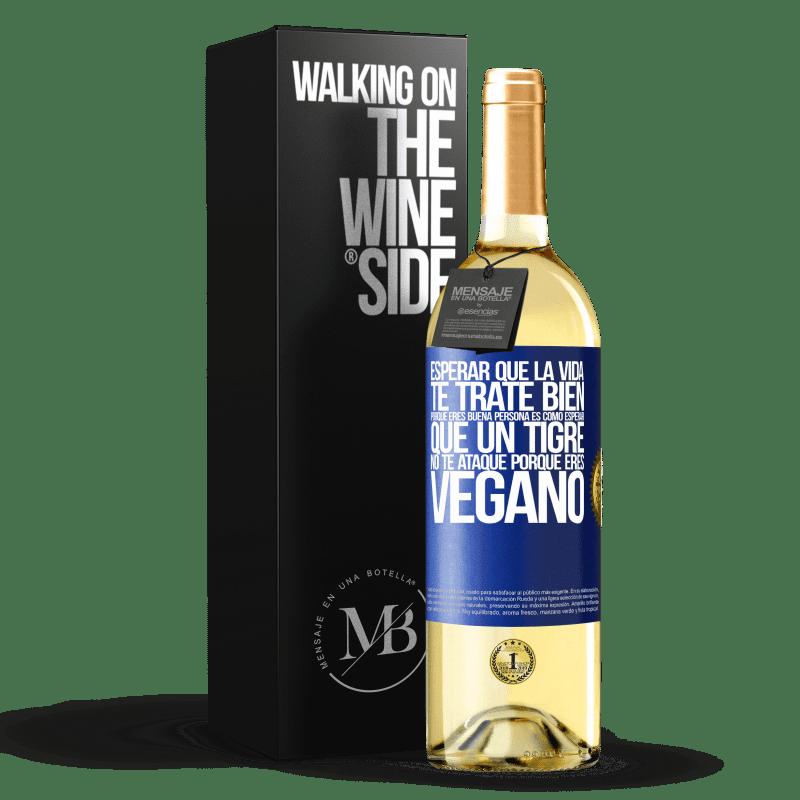 24,95 € Envoi gratuit | Vin blanc Édition WHITE Attendre que la vie vous traite bien parce que vous êtes une bonne personne, c'est comme attendre qu'un tigre ne vous Étiquette Bleue. Étiquette personnalisable Vin jeune Récolte 2020 Verdejo