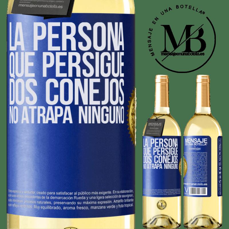 24,95 € Envío gratis | Vino Blanco Edición WHITE La persona que persigue dos conejos no atrapa ninguno Etiqueta Azul. Etiqueta personalizable Vino joven Cosecha 2020 Verdejo