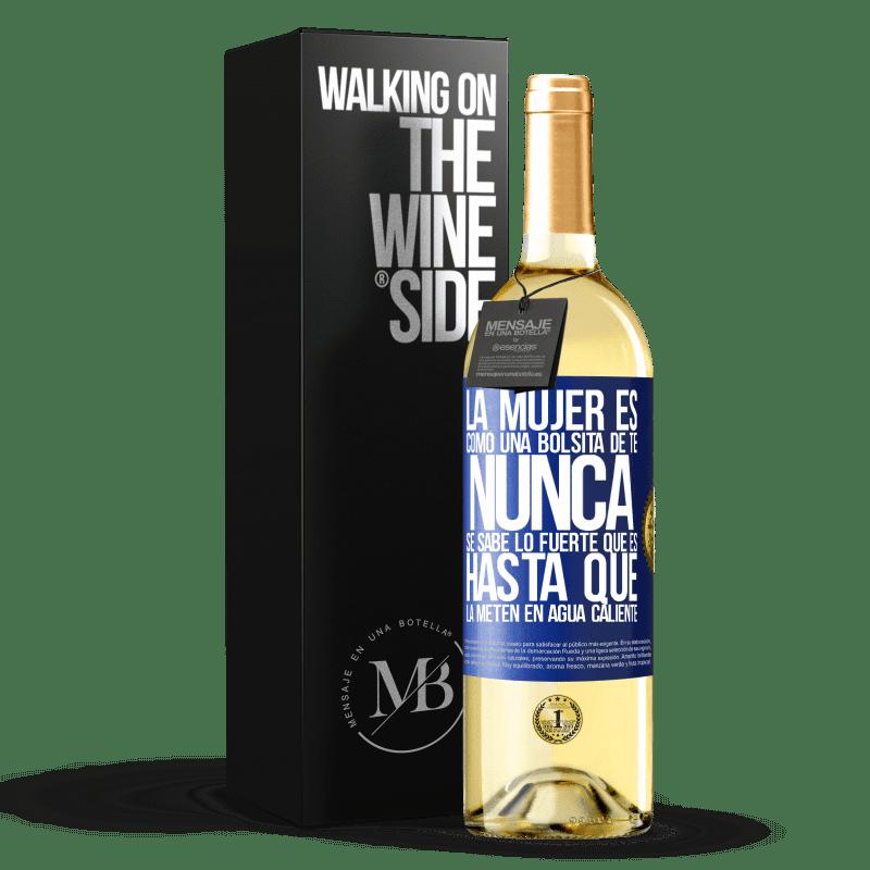 24,95 € Envío gratis | Vino Blanco Edición WHITE La mujer es como una bolsita de té. Nunca se sabe lo fuerte que es hasta que la meten en agua caliente Etiqueta Azul. Etiqueta personalizable Vino joven Cosecha 2020 Verdejo
