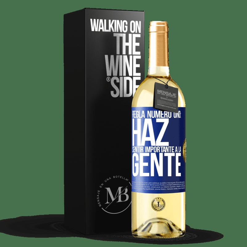 24,95 € Envío gratis | Vino Blanco Edición WHITE Regla número uno: haz sentir importante a la gente Etiqueta Azul. Etiqueta personalizable Vino joven Cosecha 2020 Verdejo