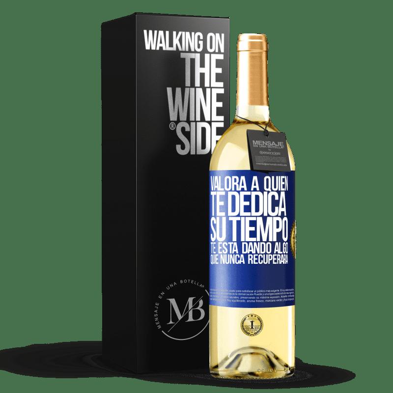24,95 € Envío gratis   Vino Blanco Edición WHITE Valora a quien te dedica su tiempo. Te está dando algo que nunca recuperará Etiqueta Azul. Etiqueta personalizable Vino joven Cosecha 2020 Verdejo