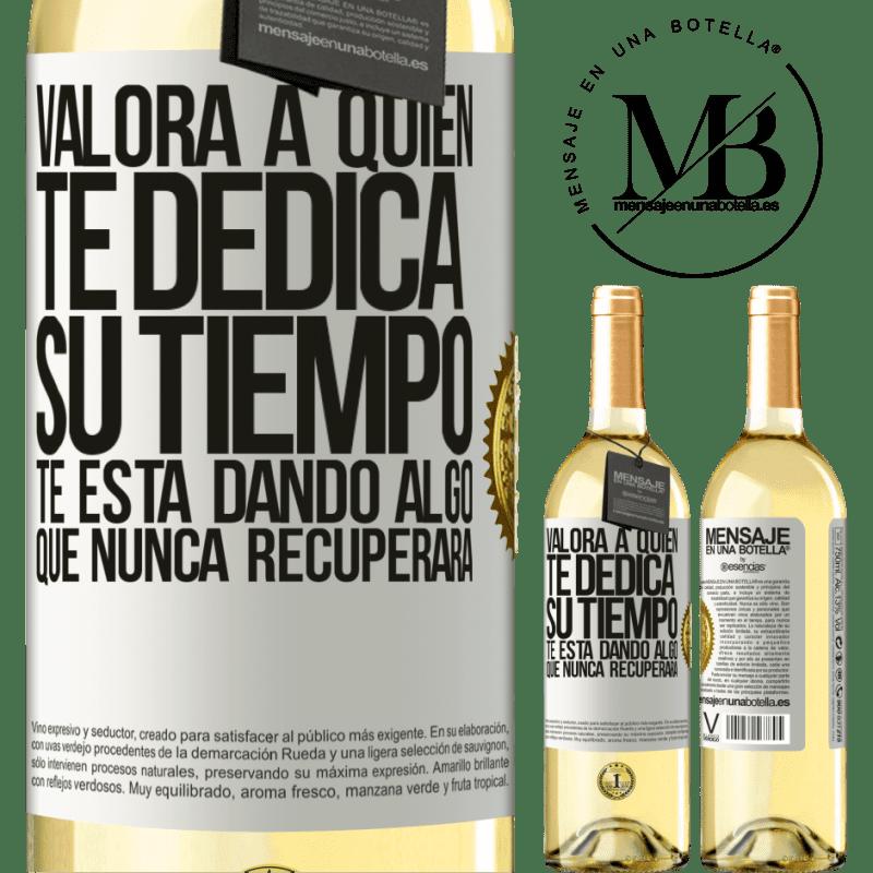 24,95 € Envío gratis   Vino Blanco Edición WHITE Valora a quien te dedica su tiempo. Te está dando algo que nunca recuperará Etiqueta Blanca. Etiqueta personalizable Vino joven Cosecha 2020 Verdejo
