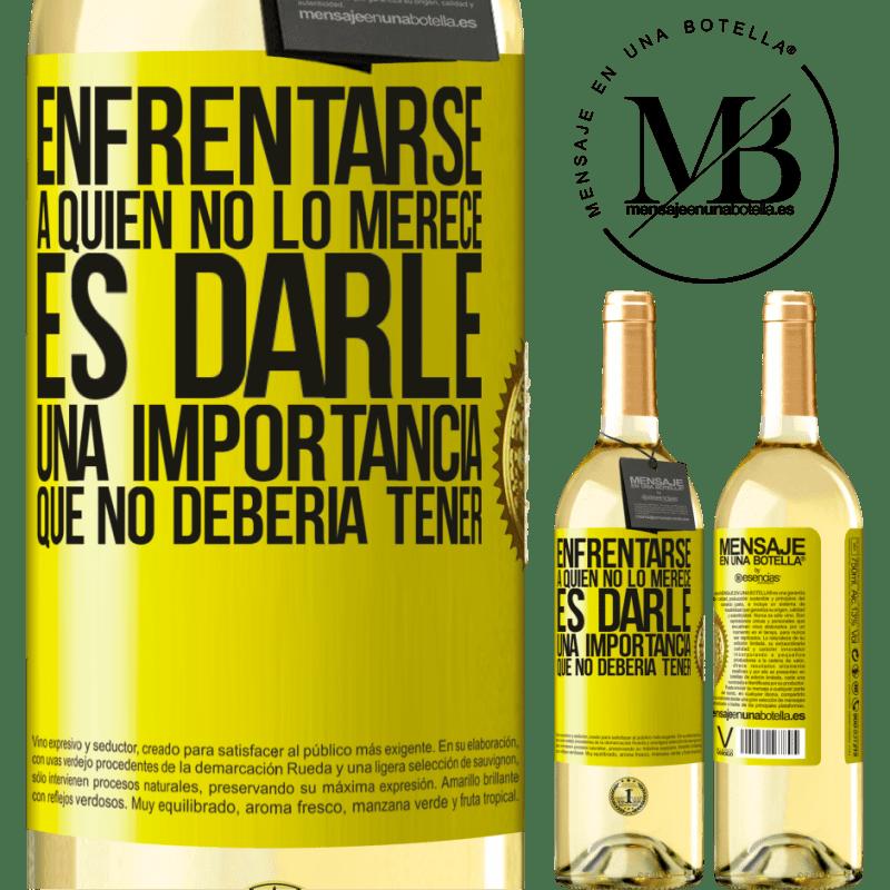 24,95 € Envío gratis | Vino Blanco Edición WHITE Enfrentarse a quien no lo merece es darle una importancia que no debería tener Etiqueta Amarilla. Etiqueta personalizable Vino joven Cosecha 2020 Verdejo