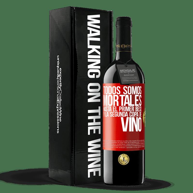 24,95 € Envoi gratuit | Vin rouge Édition RED Crianza 6 Mois Nous sommes tous mortels jusqu'au premier baiser et au deuxième verre de vin Étiquette Rouge. Étiquette personnalisable Vieillissement en fûts de chêne 6 Mois Récolte 2018 Tempranillo