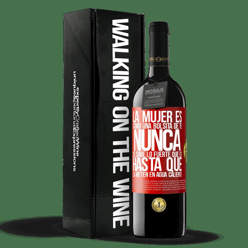 24,95 € Envoi gratuit | Vin rouge Édition RED Crianza 6 Mois La femme est comme un sachet de thé. Vous ne savez jamais à quel point il est fort jusqu'à ce que vous le mettiez dans l'eau Étiquette Rouge. Étiquette personnalisable Vieillissement en fûts de chêne 6 Mois Récolte 2018 Tempranillo